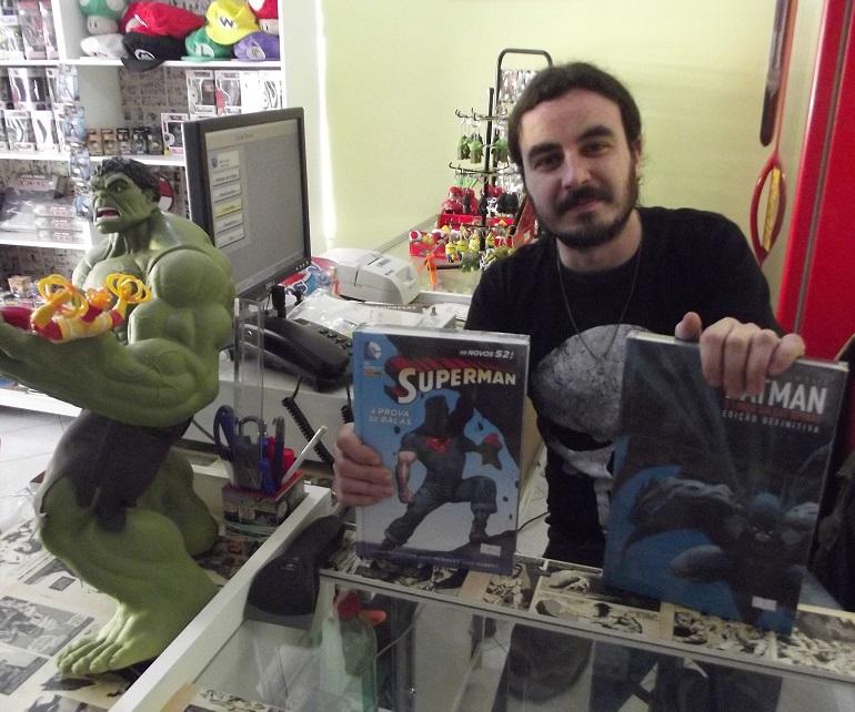 Fábio Gracia exibe alguns dos encadernados à venda na Comic Boom!. (Foto: Henrique Almeida)