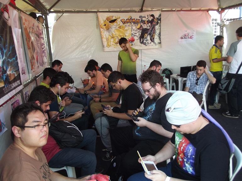 Não deu outra! No horário marcado, a galera se reuniu para batalhas Pokémons. (Foto: Henrique Almeida)
