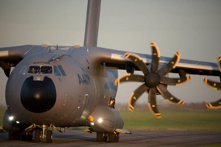 Sem dublê! O astro Tom Cruise se pendura ao avião. (Foto: Bo Bridges)