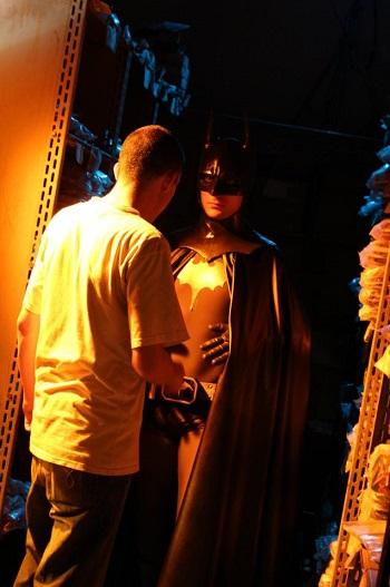 Elvis delBagno prepara o Batman (Lorenzo Martin) para as filmagens. (Foto: Divulgação)