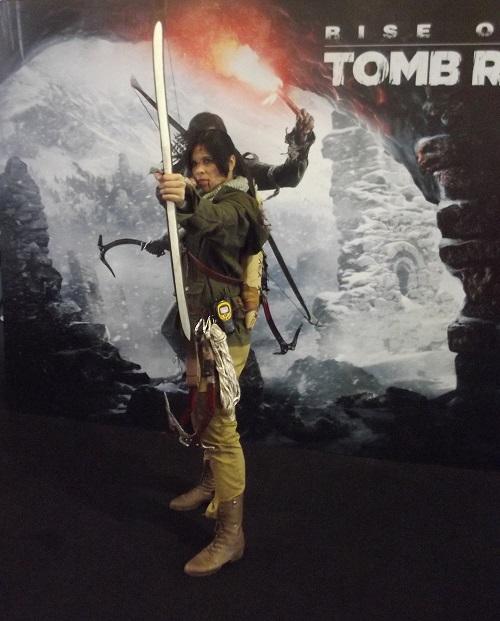 A cosplay de Lara Croft posa enquanto os fãs esperam para jogar Rise of the Tomb Raider. (Foto: Henrique Almeida)