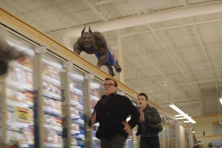 Não satisfeito com o estoque de carnes do mercado, o lobisomem caça Stine (Black) e Zach (Minnette).