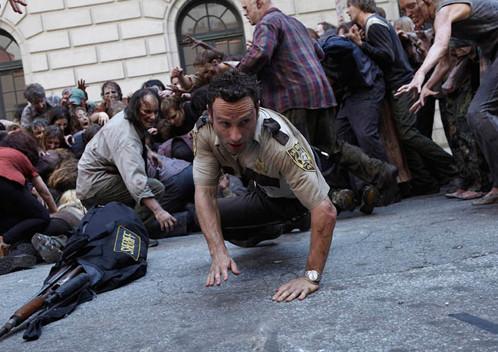 Protagonista de The Walking Dead, Rick Grimes (Lincoln) se depara com uma cidade cheia de zumbis.