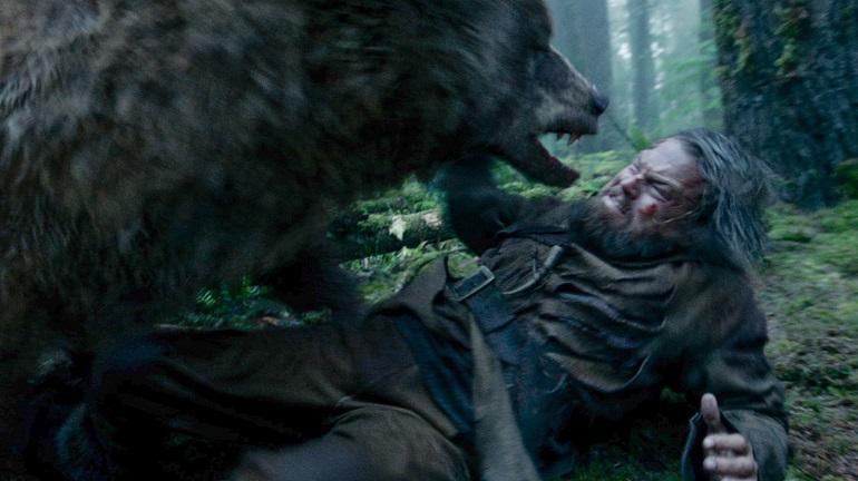 O Regresso - Leonardo DiCaprio cena do urso