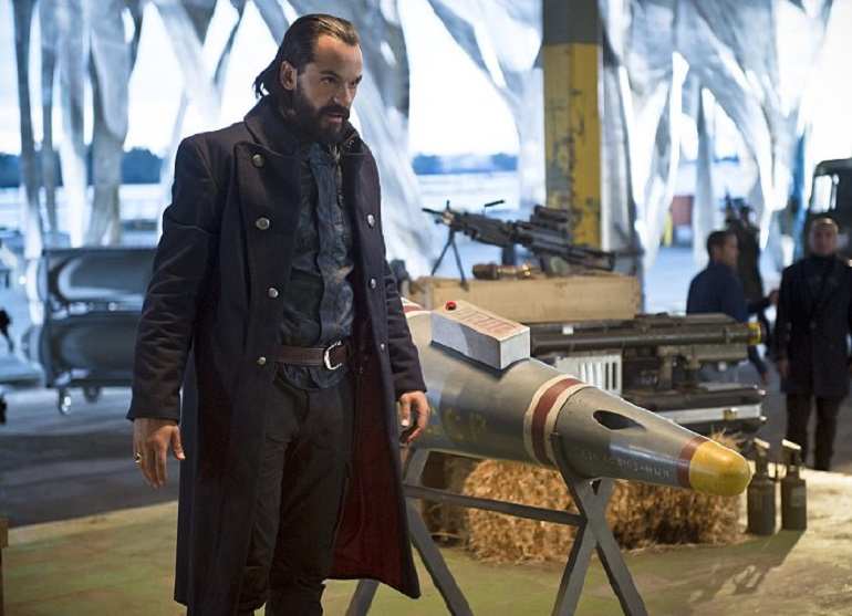 Vandal Savage (Casper Crump) em DC's Legends of Tomorrow