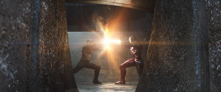 Capitão América: Guerra Civil não deixa de homenagear um cena clássica das HQs. (Foto: Film Frame)