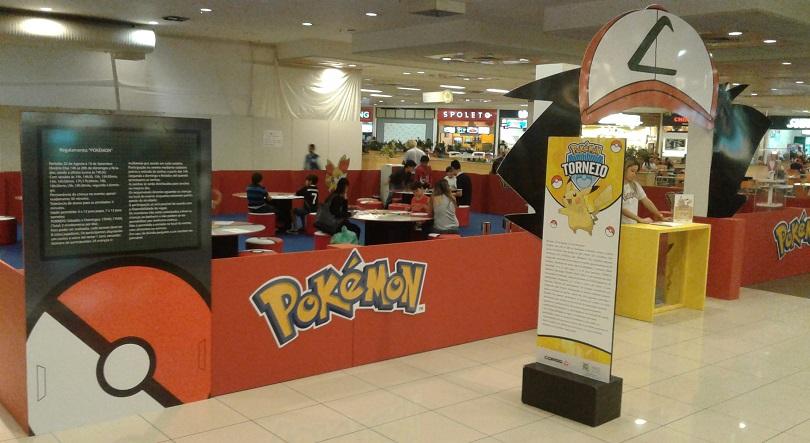 O espaço reservado ao torneio de Pokémon Trading Card Game fica na praça de alimentação do Mais Shopping.