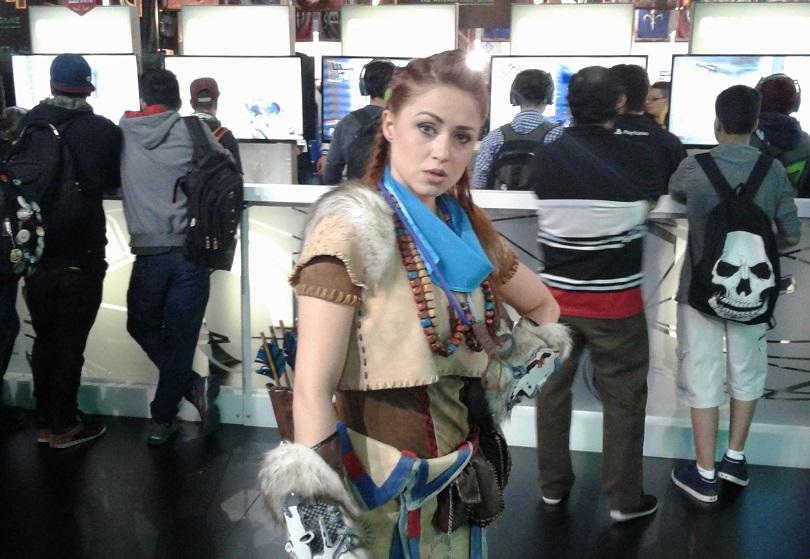 Promovendo Horizon: Zero Dawn, a cosplay de Aloy passeia pelo estande da Playstation. (Foto: Henrique Almeida)