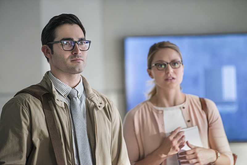 """Supergirl -- """"The Adventures Of Supergirl"""" -- Image SPG201a_0213 -- Pictured (L_R) Tyler Hoechlin as Clark and Melissa Benoist Kara -- Photo: Diyah Pera/The CW -- © 2016 The CW Network, LLC. All Rights Reserved"""