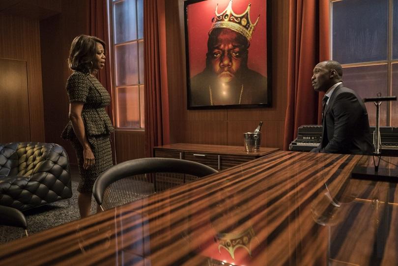 A foto no escritório é do rapper americano conhecido como The Notorious B.I.G.. (Foto: Marvel/Netflix)