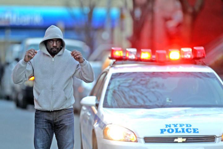 Com elenco predominantemente negro, Luke Cage bate forte nas tensões raciais nos EUA. (Foto: Marvel/Netflix)