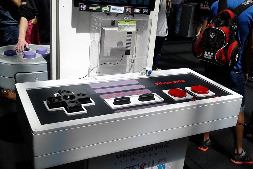 No Museu do Videogame Itinerante, você encontra esse joystick gigante do Nintendo 8 Bit. (Foto: Henrique Almeida)