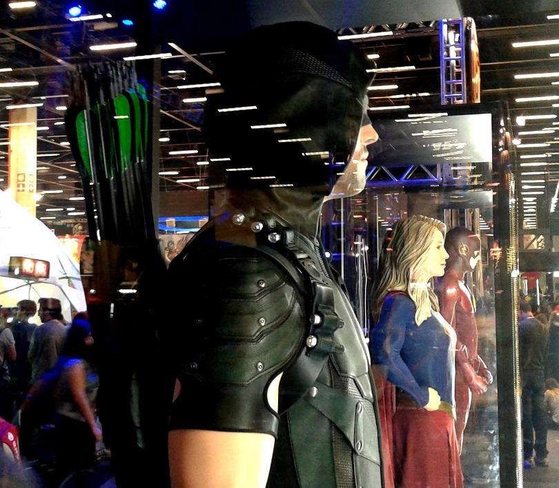No estande da Warner, o crossover de Arrow, Flash e Supergirl já começou! (Foto: Henrique Almeida)