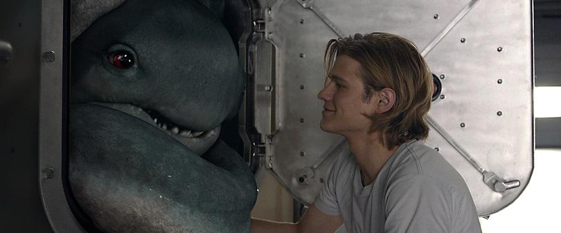 Após um acidente, Tripp (Lucas Till), um aluno do último ano do ensino médio, descobre uma criatura estranha, com talento e gosto por velocidade e que ama se esconder em seu carro. (Foto: Paramount)
