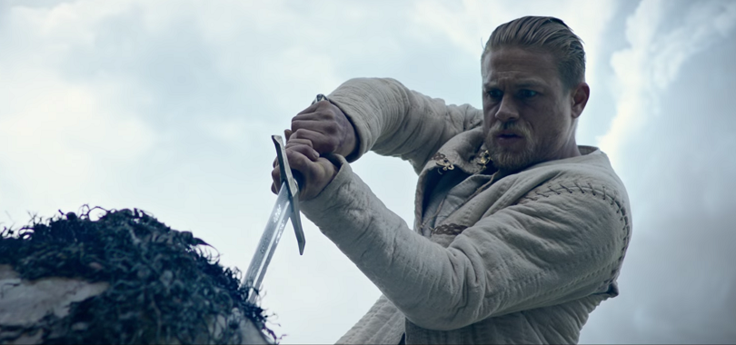 O diretor Guy Ritchie conta a clássica história do Rei Arthur através de visão dinâmica. (Foto: Warner)
