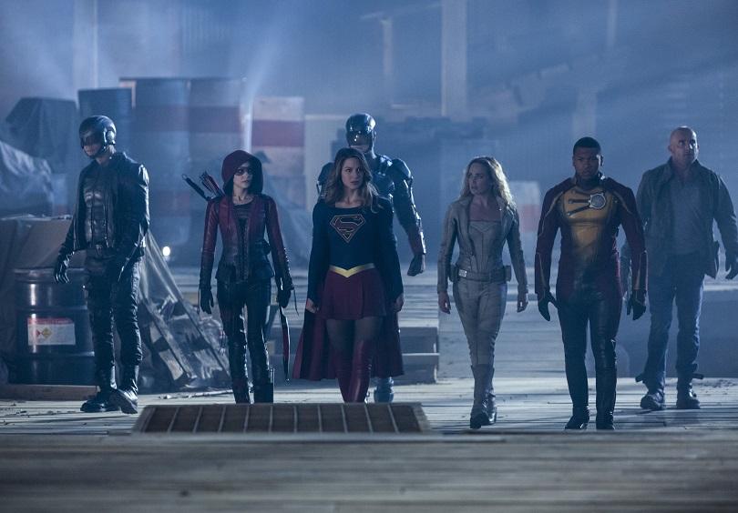 Em Invasion!, para combater uma ameaça extraterrestre, Flash recruta a kryptoniana Supergirl. (Foto: Warner Channel)
