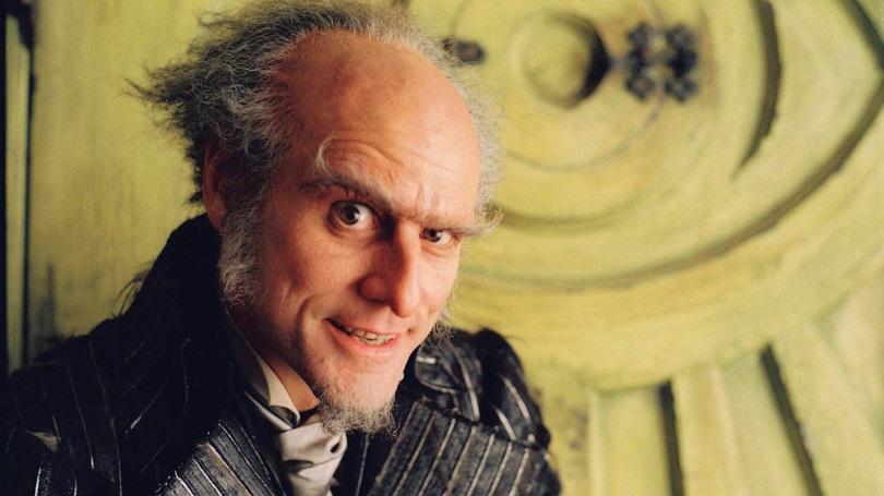 Na adaptação de Desventuras em Série para os cinemas, o Conde Olaf aparece em diferentes fantasias para enganar Violet, Klaus e Sunny Baudelaire. (Foto: Paramount)