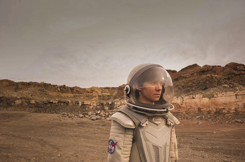 Criado em uma bolha em Marte, Gardner decide ir para a Terra para conhecer tudo o que a Terra tem a oferecer. (Foto: Diamond Films)