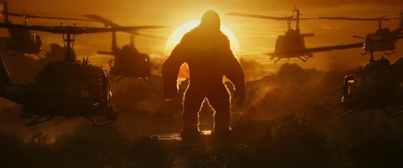 Antes de encarar aviões em cima de um prédio, Kong já treinava derrubando helicópteros... (Foto: Warner)