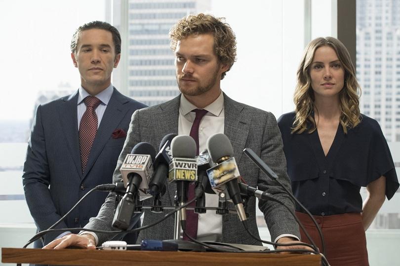 Danny Rand (ao centro) tem muito a explicar em sua estreia na TV. (Foto: Netflix)
