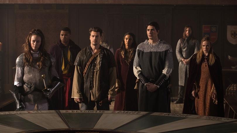 As Lendas do Amanhã unem-se ao Rei Arthur, Guinevere e Sir Galahad dianteda Távola Redonda. (Foto: The CW)