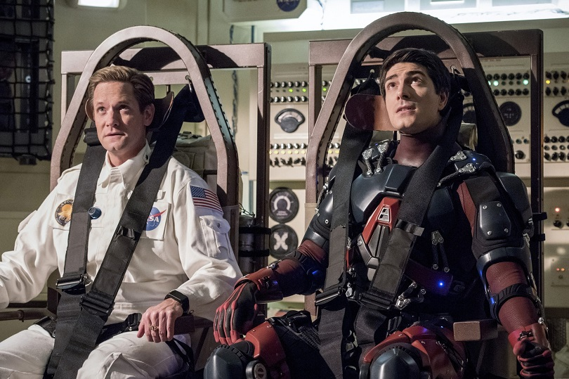 Como Matt Damon, Flash Reverso e Ray Palmer juntam forças para sair da Lua em Moonshot(Foto: Dean Buscher/The CW)