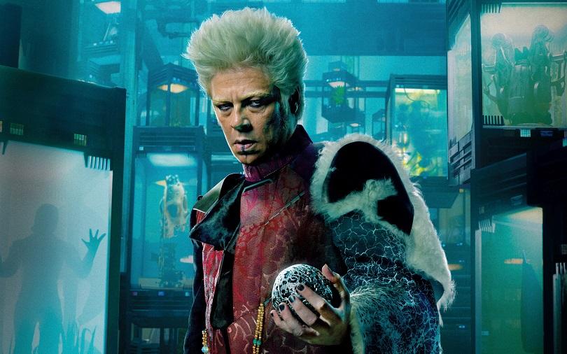 Introduzido na cena pós-créditos de Thor: O Mundo Sombrio, o Colecionador possui espécimes de elfo negro, chitauri, Howard e Cosmo em seu acervo. (Foto: Marvel)