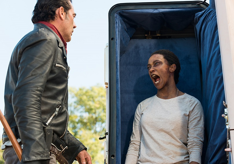 Sasha não quer servir como trunfo de Negan e frustra os planos do vilão ao surgir como zumbi. (Foto: Gene Page/AMC)
