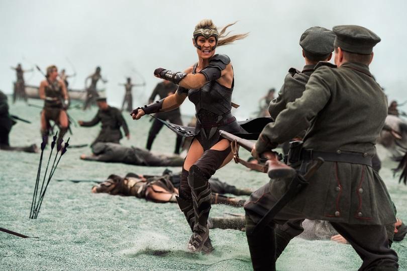 Irmã de Hipólita, Antíope defende Temiscira da invasão de soldados alemães. (Foto: Alex Bailey/TM & © DC Comics)