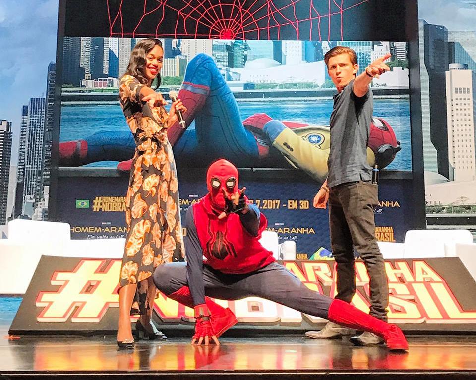 Laura Harrier e Tom Holland fazem pose com um cosplay de Homem-Aranha: De Volta ao Lar. (Foto: Sony Pictures)