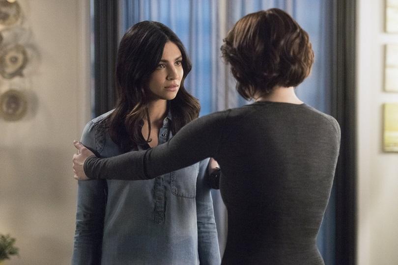 Novidade na temporada, Maggie ajuda Alex a se aceitar como gay. (Foto: The CW)