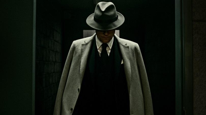 Mr. World é criado pela obsessão dos norte-americanos por vigilância via satélite, espionagem e homens de preto. (Foto: Amazon)