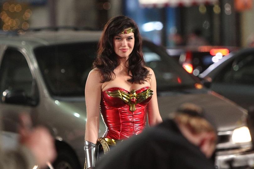 Além de desvirtuar a personagem, a série de 2011 trouxe a hiperssexualização da Mulher-Maravilha. (Foto: NBC)