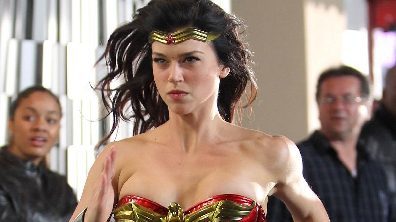 É difícil reconhecer a Mulher-Maravilha como a heroína bondosa vista nos quadrinhos. (Foto: NBC)